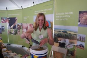 Katrin Hess hatte am Stand des Hessischen Bauernverbands in der Hessentagsstaft 2010, Stadtallendorf, alle Hände voll zu tun, um Kindern zu erklären, welches Getreide vor ihrer Tür wächst. Viele wüssten es nicht mehr