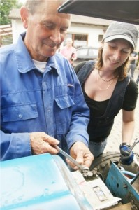 Hans-Joachim Lehr erklärt seiner Tochter Nicole, worauf beim Schleppermotor geachter werden muss.
