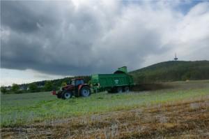 Kompoststreuer des Wasser-und Bodenverbands Lahn-Dill im landkreisübergreifenden Einsatz bei Biebertal