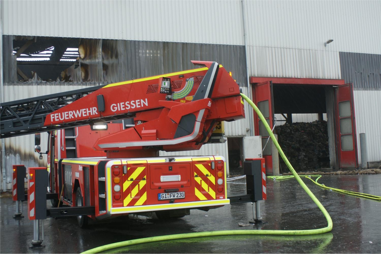 SBM-Brand in Gießen: Schaden könnte mehr als 250000 Euro hoch sein — selbst entzündeter Müll oder Blitz als Ursache?