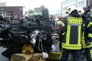 Schon 60 Kilometer Aufprallgeschwindigkeit reichen für Zerstörung eines Kompaktwagens aus.