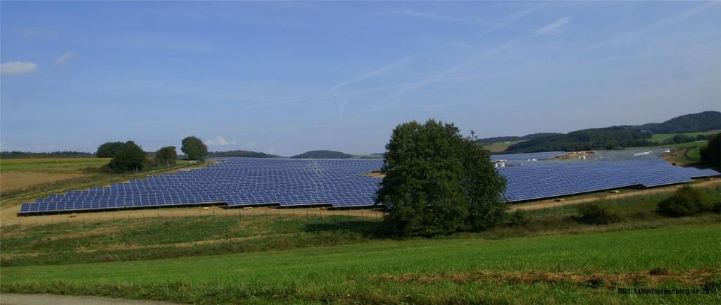 """Im Gewerbegebiet """"In der Lache"""" bei Bad Endbach steht jetzt der derzeit größte Solarpark Mittelhessens."""