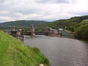 """Hessischer Energiegipfel: Blutroter Strom aus hessischen Gewässern — <span class=""""caps"""">IG</span> Lahn: Ökologischer Nutzen der Wasserkraft zweifelhaft — Befürworter: Mehr Sauerstoff in Flüssen"""