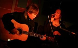 Wenn Musik in Seelen schwebt: Paul-Simpson-Project zeigte in Fellingshausen, dass gute Stimme, gute Gitarre und gute Physik gute Musik ergeben