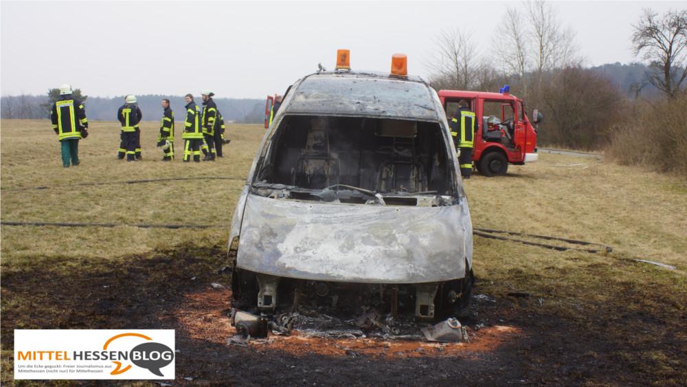 Gegen 15.30 kam der Alarm, dann mussten 25 Mann der Freiwiligen Feuerwehren von Bermoll und Oberlemp ausrücken, um ein brennendes Bankräuber-Fluchtauto an der L 3052 zu löschen. Bild: v.Gallera/Mittelhessenblog.de