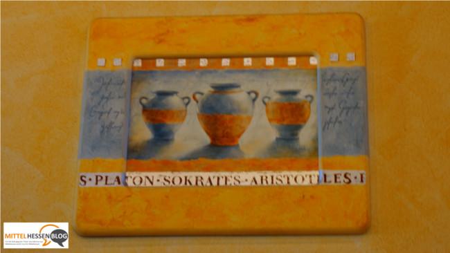 Symbol für Gelassenheit: Die Namen der drei griechischen antiken Starphilosophen hängen wie beiläufig an der Wand. Foto: v. Gallera