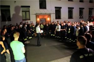 Der Gießener Kreisbrandinspektor Mario Binsch gibt vor dem Aufbruch letzte Anweisungen. Quelle: Landratsamt Gießen