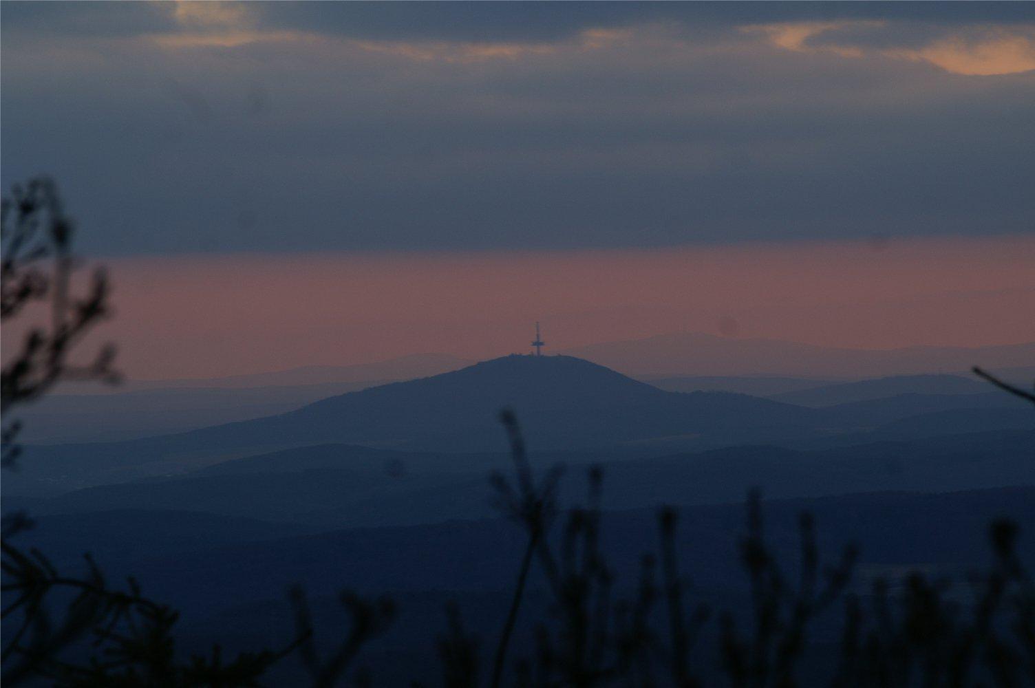 Zentraler Berg in Mittelhessen: Hier vom Rimberg bei Damshausen aufgenommen, ist der Dünsberg blickbestimmend im mittelhessischen Kernland. Foto: v. Gallera