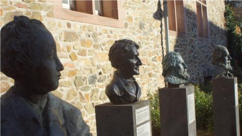 """Vor dem Alten Schloß in Gießen steht die Büste Georg Büchners (l.). Sie ist Teil des 2006 geschaffenen Denkmals für die """"politischen Innovationen"""", die von Gießen im 19. Jahrhundert ausgingen. Ganz rechts ist Wilhelm Liebknecht zu sehen. Der SPD-Begründer wurde in Gießen geboren und lebte dort. Foto: v. Gallera"""