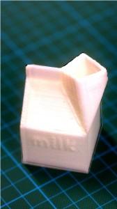Ein Milchkarton aus dem 3D-Drucker gehört zu den Druckproben der THM. Foto: v. Gallera