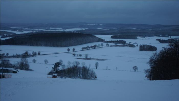 Über Nacht brachte Sturmtief Xaver den nötigen Schnee für Wintersportfans nach Mittelhessen. Steigende Temperaturen lassen die Schneefallgrenze allerdings wieder auf 500 Meter steigen. Foto: v. Gallera