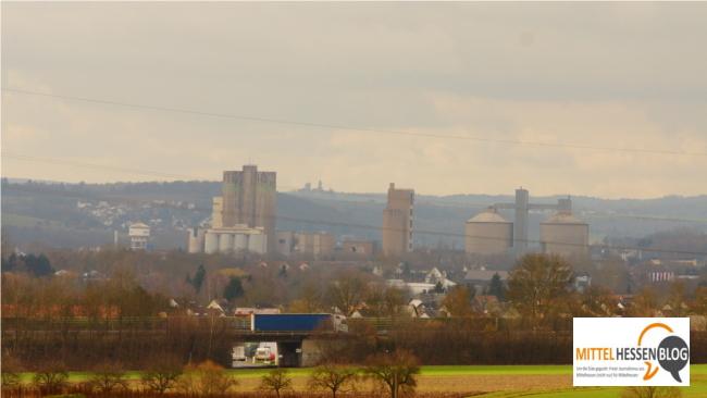 Noch erinnern  die Silotürme in Wetzlar optisch gut erkennbar an ein Stück mittelhessische Industriegeschichte. Im Hintergrund taucht am Horizont die Silhoutte von Braunfels auf. Foto: v. Gallera