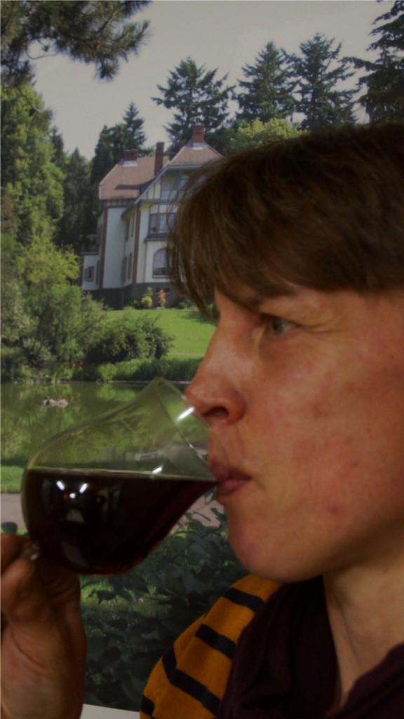 Irene Reh probiert den ersten Wein, der am Weinberg im Gailschen Park in Rodheim-Bieber angebaut wurde. Foto: v. Gallera