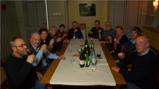 Mitglieder der Wein AG vom Freundeskreis Gailscher Park probieren den ersten Jahrgang des rekultivierten Weinbergs im Gailschen Park in Rodheim-Bieber