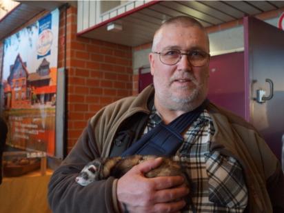 Wilfred Wils kam eigens aus Saarlouis mit seinen Frettchen, um sich auf der Jagdmesse in Alsfeld umzusehen. Foto: v. Gallera