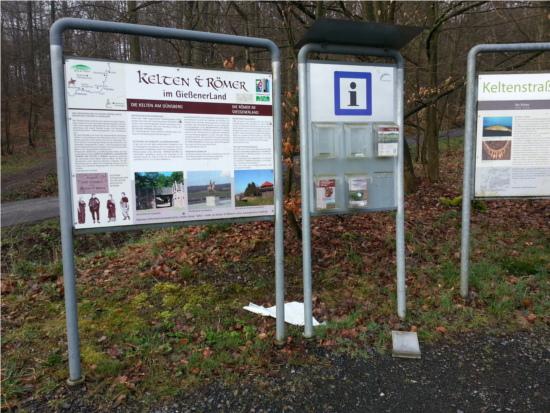 Ramponierte Schautafeln am Keltentor in Biebertal