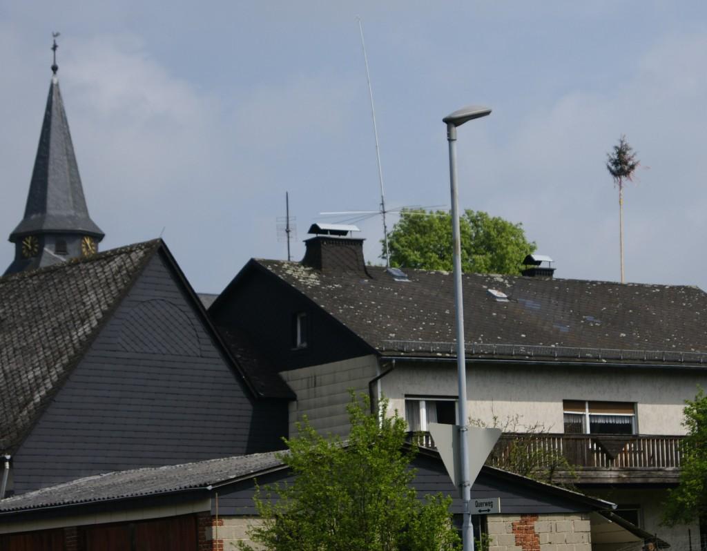 Maibaum und Kirchturm