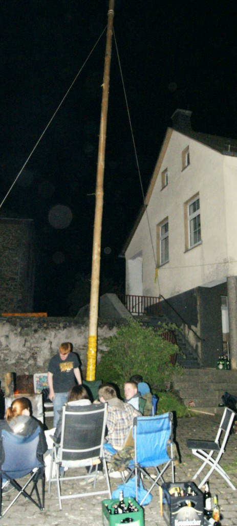 Maibaumstellen in Altenkirchen: Ein Fest der Dorfjugend.  Verbunden mit Wache halten. Damit der Maibaum nicht geklaut wird. Foto : Mittelhessenblog