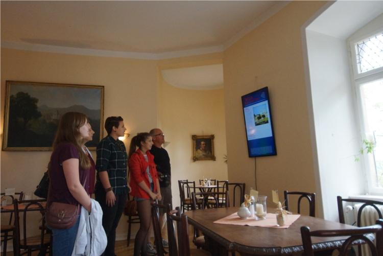 """Im Café auf Schloss Braunfels sieht sich eine Besuchergruppe den ersten offizellen Bildschirm von """"Wetzlar - meine kleine Stadt"""" an. Foto v. Gallera"""