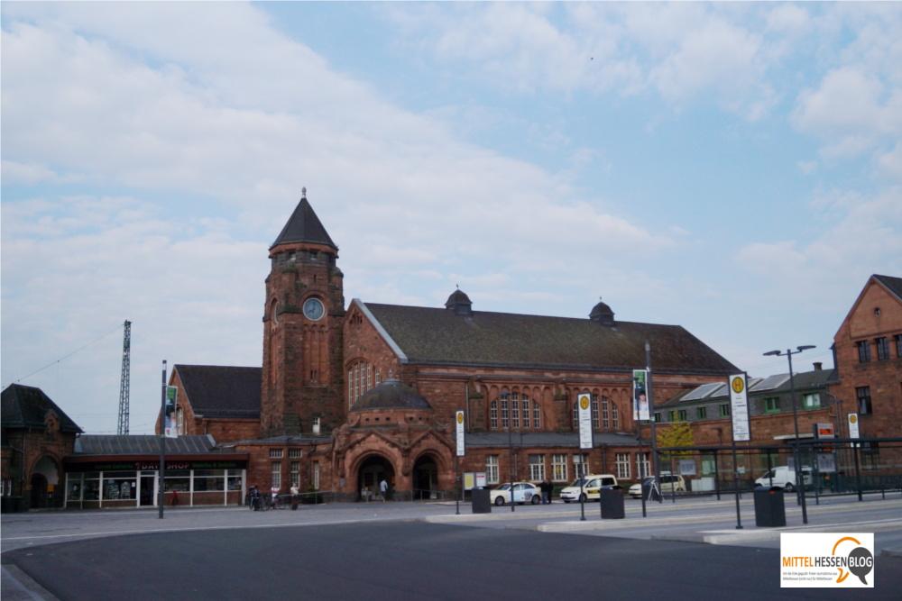 Der frisch renovierte Bahnhofsvorplatz und das sanierte Bahnhofsgebäude stehen im seltsamen Gegensatz.......Foto: Mittelhessenbblog.de