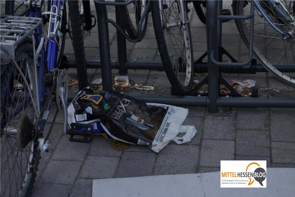 ....oder ebenso spontan entstehenden Parkunterständen für vergessene Plastiktüten und nicht mehr gebrauchte Zigarettenstummel. Foto: v. Gallera - Mittelhessenblog.de