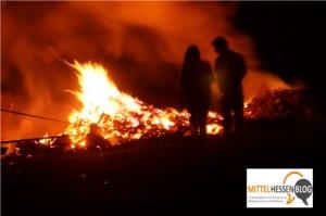 Feuerfunken stieben durch die Nacht am Keltenberg: Viertes Sonnwendfeuer Fellingshausen