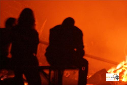 Nah genug am Feuer, um Wärme zu tanken, weit genug, um sicher zu sitzen: Feuergespräche in Fellingshausen....Foto: v. Gallera