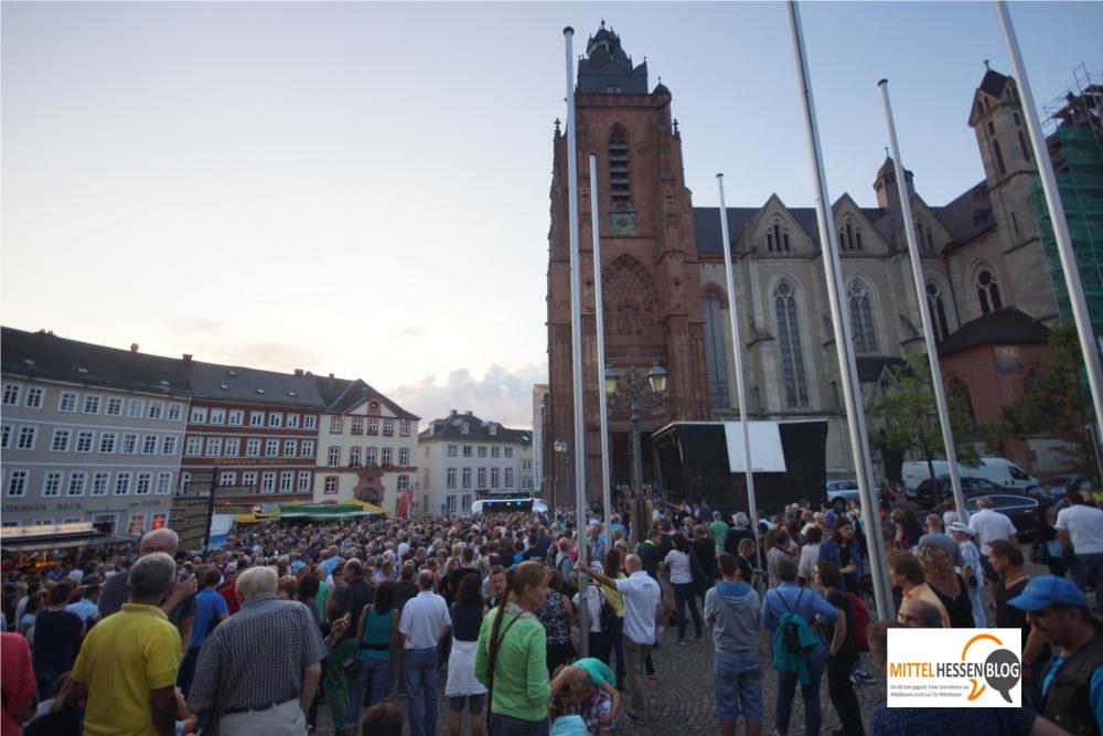 """Rund 2000 Besucher waren zum Eröffnungskonzert von Wetzlar Live mit der Weilburger Rock-Coverband """"The Other Me"""" gekommen. Foto: v. Gallera"""