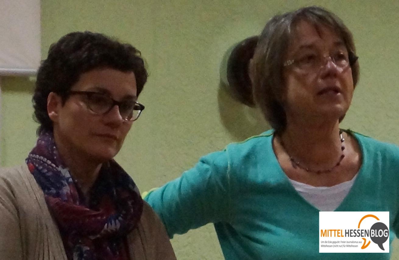 Petra Schmidt (l.) und Brigitte Meckel-Jung während des Bunten Abends der Deutschfranzosen und Deutschbriten von Biebertal. Bild: v. Gallera - Mittelhessenblog