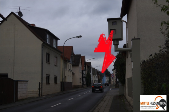 Ohne ersichtlichen Grund löst dieser Blitzer in Kleinlinden vor allem nachts aus. Bild und Montage: Mittelhessenblog