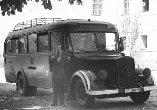 """""""Bus Hartheim Foto Niedernhart Prozess"""" von Unbekannt - Dokumentationsstelle Hartheim (sent as email attachment). Lizenziert unter CC BY-SA 3.0 über Wikimedia Commons - http://commons.wikimedia.org/wiki/File:Bus_Hartheim_Foto_Niedernhart_Prozess.jpg#mediaviewer/File:Bus_Hartheim_Foto_Niedernhart_Prozess.jpg"""