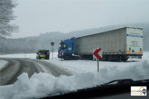 ..wie einer aus Bautzen, der auch an der L3047 am Fuß des Dünsbergs eine schneebedingte Zwangspause einlegen musste. Fotos: v. Gallera, Mittelhessenblog