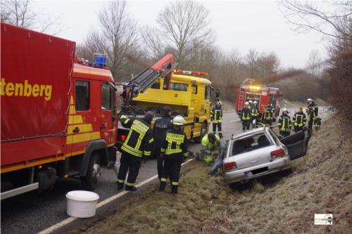 15 Feuerwehrleute der Freiwilligen Feuerwehr Wettenberg waren am Sonnabendmorgen ausgerückt, um die Folgen eines Unfalls auf der L3074 bei Krofdorf zu beseitigen. Der 21jährige Fahrer des Unfallwagens aus Krumbach blieb unverletzt. Bilder: Mittelhessenblog.de