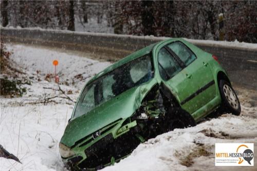 Kein Halten gab es mehr auf der Straße zwischen Rollshausen und Lohra, als dieser Renault mit einem Kleinlaster kollidierte. Zum Glück sei niemand  verletzt worden, hieß es bei der zuständigen Polizeidirektion Marburg-Biedenkopf. Foto: v. Gallera/ Mittelhessenblog