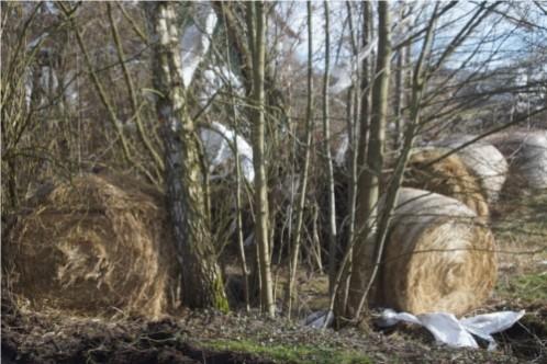 Sonst säuberlich abgedeckte Heuballen liegen wild durcheinander im und am Otterbach, die Folie abgerissen und zum Teil quer über das Dorf geblasen. Foto: v. Gallera/Mittelhessenblog.de