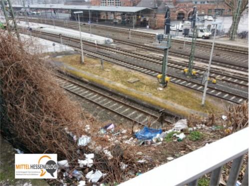 Wilde Müllansammlungen als optischer Willkommensgruß für Bahngäste in Gießen.