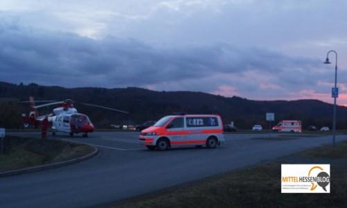 Jeder Patient freut sich, wenn schnelle Hilfe kommt. So auch der Patient, der hier mit der Johanniter-Luftrettung Gießen am Aartalsee abgeholt wird. Foto: v. Gallera/Mittelhessenblog.de