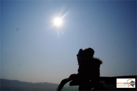 Geschützt durch die Schweißermaske blickt Sophie auf die partielle Sonnenfinsternis, die mit bloßem Auge nicht zu sehen ist....weil das restliche Sonnenlicht noch grell genug ist, um den Augen gefährlich zu werden. Foto. v. Gallera