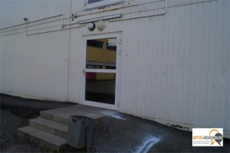 Vor dem Eingang in die weißen Unterrichtscontainer sind noch Reste der nächtlichen Zerstörungsorgie zu sehen. Foto: v.Gallera/Mittelhessenblog.de