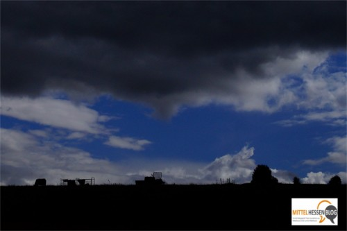 Dunkle Wolken treibt Zellko auf einer Front an der L 3047, an der unter anderem Wilsbach im Nodwesten und Krofdorf-Gleiberg im Südosten liegen. Foto v. Gallera/Mittelhessenblog.de