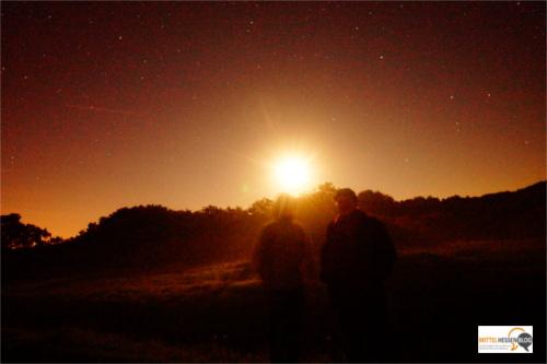 Angestrahlt vom wieder heller werdenden Mond im Rücken hält Idan (l.) den Moment der totalen Mondfinsternis in Mittelhessen fest....