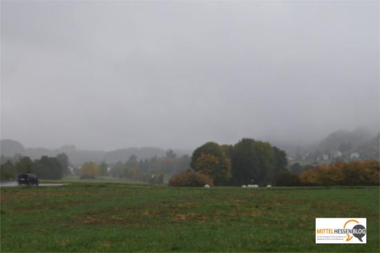 Symbolträchtiges Wetter vor dem Bürgerentscheid: Regenwolken geben Gebäude und Landschaft in Angelburg und Steffenberg teilweise nur als Schemen frei....Foto: v. Gallera