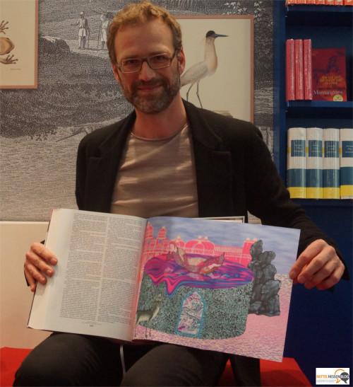Der Berliner Graphiker präsentiert einer der 72 Graphiken, die er für das Werk Tausend und einen Tag geschaffen hat. Foto: v. Gallera