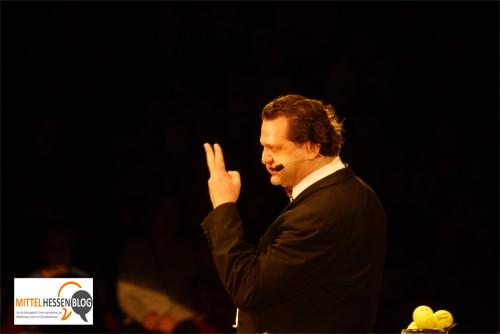 Selbstironisch bis der Arzt kommt: Jongleurkomiker Eleky verrät gnadenlos jeden Trick....Foto: v. Gallera