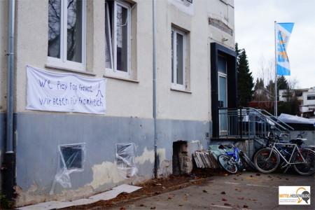 Ein Ort, noch im Werden und doch schon bewohnt: Das alte Hotel Gladenbacher Hof in Gladenbach - mit einer schlichten aktuellen Botschaft....Foto: v. Gallera