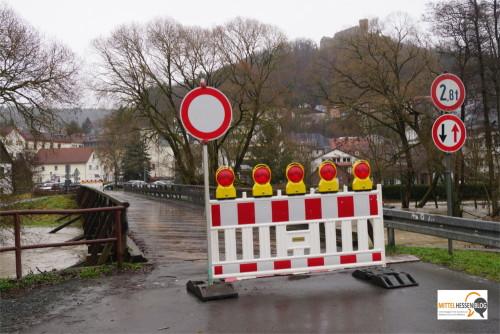 Nichts geht mehr am Dienstagvormittag in Biedenkopf: Wegen Hochwassergefahr wird diese Holzbrücke beim Obermühlsweg gesperrt. Foto: v. Gallera