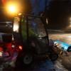 Eisregen hatte wie hier in Mittelhessen über Nacht Bürgersteige und Straßen in Rutschbahnen verwandelt: Hochbetrieb für Räumdienste wie hier in Gießen am Westbad. Foto: v. Galllera