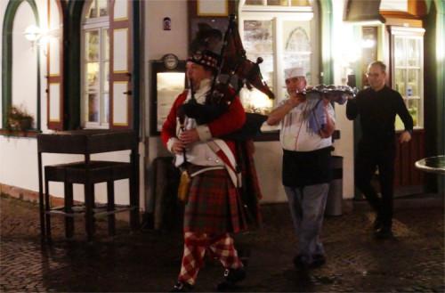 Feierlich wird der Haggis mit musikalischer Begleitung vom Restaurant zum Löwen ins benachbarte Café da Vinci getragen. Foto: v. Gallera