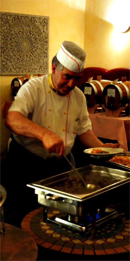 Sabato Laurito bereitet Wildschweingulasch mit Süßkartoffeln und Maronen vor. Im Hintergrund die Whiskyfässer, die den flüssigen Part des Robert-Burns-Dinner in Gießen liefern. Foto: v. Gallera