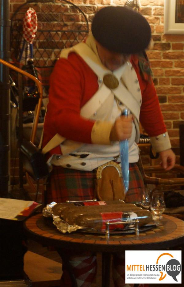 Quest schlitzt im Sinne der seit 1797 gültigen Tradition feierlich den Haggis auf. Foto: v. Gallera